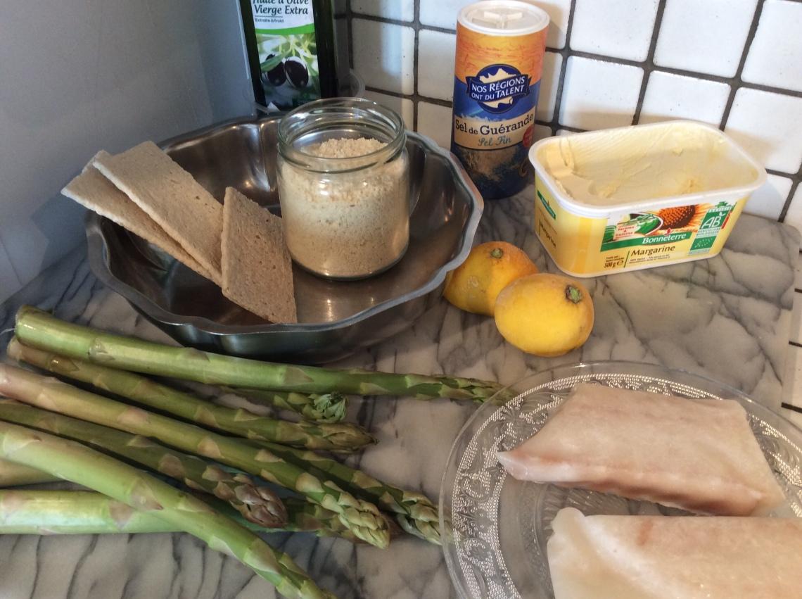ingrédients pour asperges vertes au four et poisson en crumble sans gluten