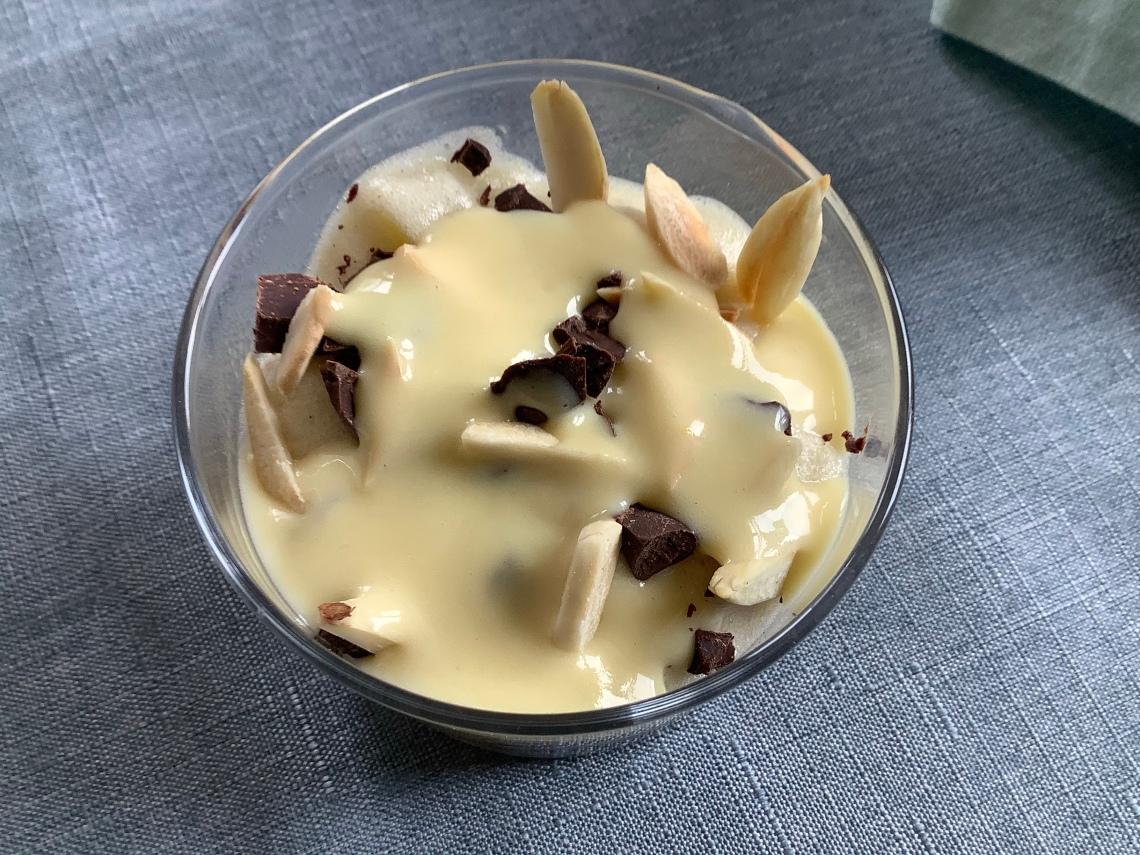 verrines de Pâques avec crumble sans gluten, mousse au chocolat, mousse de poires et crème anglaiseires